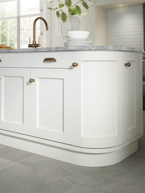 CGI_Kitchen_Painted_Hartford_S2_White_Bronze-Handles_RGB